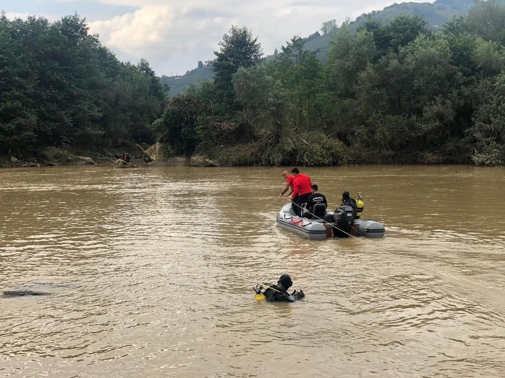 Türkiye'nin 4 bir yanından gelen ekipler Harşit çayında selde kaybolan 2 jandarma personelini bulmaya çalışıyor